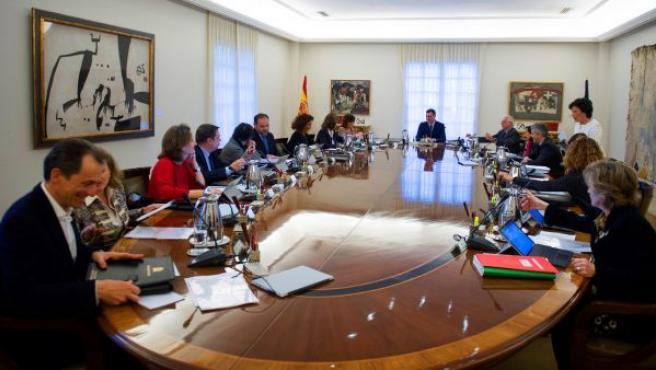 El presidente del Gobierno, Pedro Sánchez, preside la reunión de un Consejo de Ministros extraordinario, en el palacio de la Moncloa.