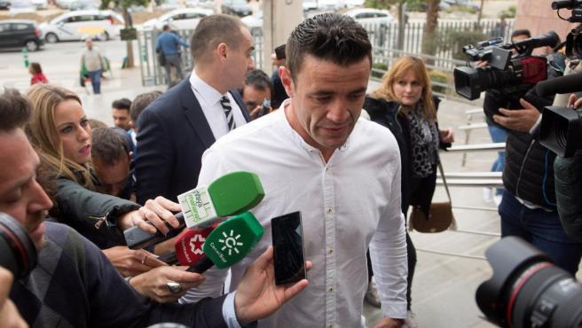 El dueño del terreno donde el niño Julen falleció al caer por un pozo en Totalán (Málaga), David Serrano (c).