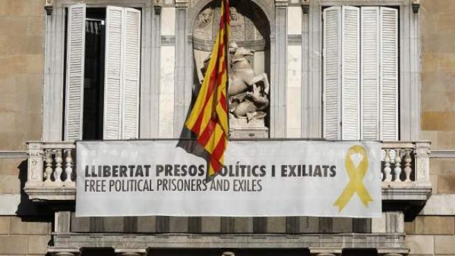 Cartel reclamando la libertad de los líderes independentistas presos y un lazo amarillo en el Palau de la Generalitat, horas antes de que venza el plazo de 24 horas que la Junta Electoral Central.