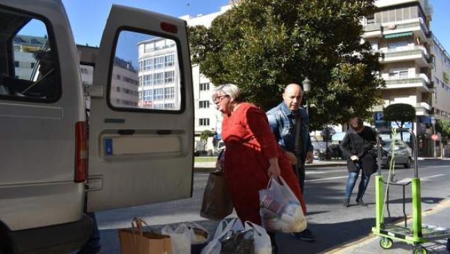 Huelva.- 26M.- Rossi (Adelante) participa en la entrega de unos 500 kilos de ali