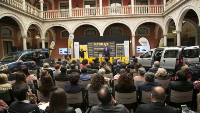 Sevilla.- Renault presenta su gama de vehículos adaptados para transporte de per