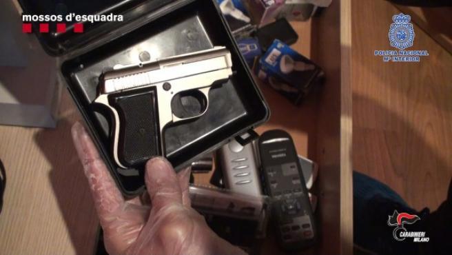 Imagen de uno de los revólveres incautados durante los registros del domicilio de uno de los ancianos.