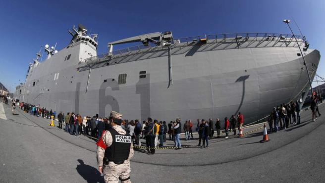 Largas colas este sábado en Getxo para ver el portaaviones 'Juan Carlos I', el buque insignia de la Armada española.