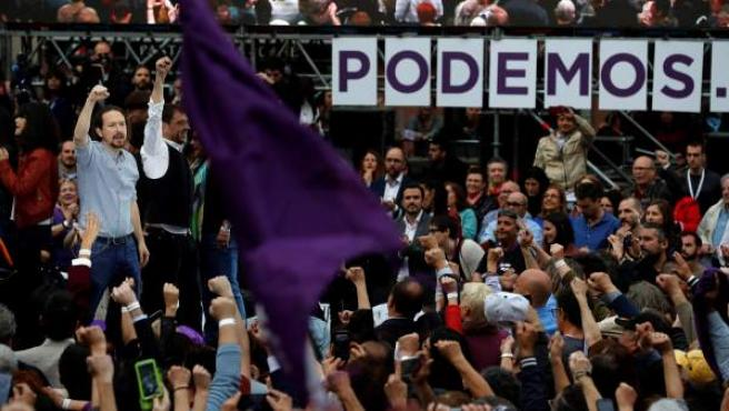El secretario general de Podemos, Pablo Iglesias (i), junto al cofundador del partido, Juan Carlos Monedero (2i), durante el acto con el que Podemos inicia su campaña electoral.