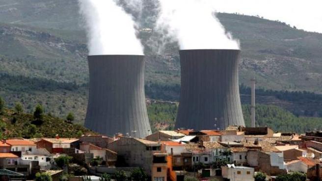 Fotografía de archivo de las torres de refrigeración de la central nuclear de Cofrentes que emergen tras el pueblo.
