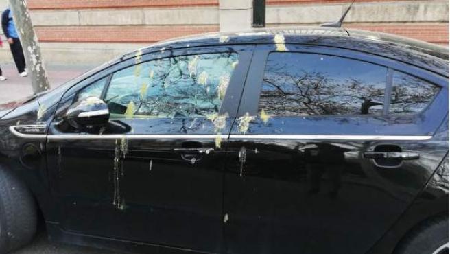 Los excrementos de los pájaros tienen ácidos que pueden dañar la carrocería del coche.