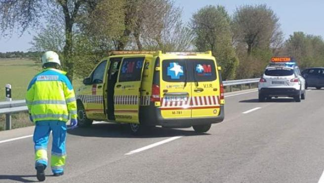 Una ambulancia del Samur en un accidente en el que murió un ciclista en Pozuelo del Rey.