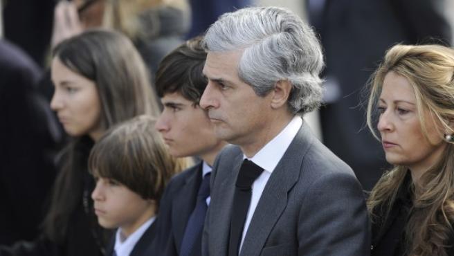 Adolfo Suárez Illana, con su mujer Isabel Flores y sus hijos, durante la capilla ardiente de su padre en el Congreso de los Diputados.