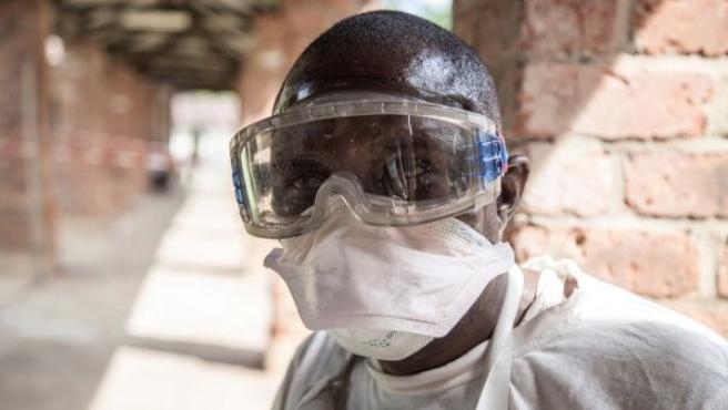 Un sanitario que trabaja en una ala aislada del Hospital Bikoro donde se diagnostica y trata a pacientes sospechosos de padecer ébola en República Democrática del Congo.