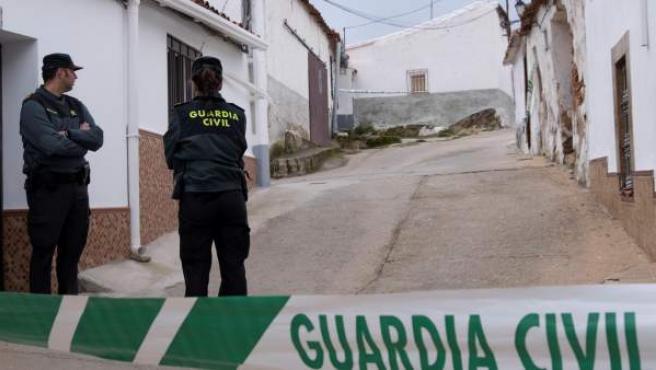 Efectivos de la UCO Guardia Civil custodian la casa número 1 de la calle Córdoba de El Campillo (Huelva), propiedad de Bernardo Montoya.
