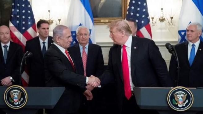 El presidente estadounidense, Donald Trump (d), estrecha la mano del primer ministro israelí, Benjamin Netanyahu.