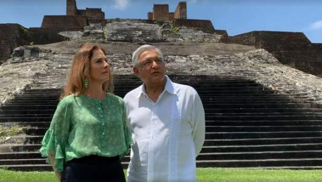 El presidente Andrés Manuel López Obrador y a su esposa, Beatriz Gutiérrez Müller, en la zona arqueológica de Comalcalco, en Tabasco (México).