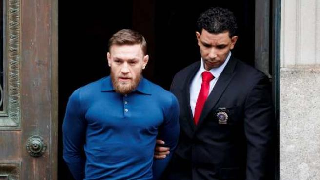 Conor McGregor sale de la comisaría esposado tras un incidente.