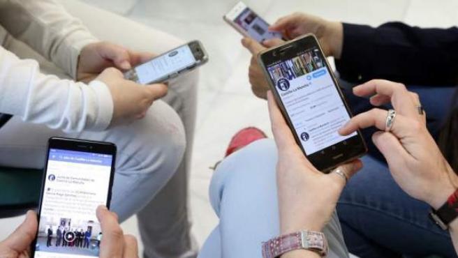 Jóvenes con móviles.