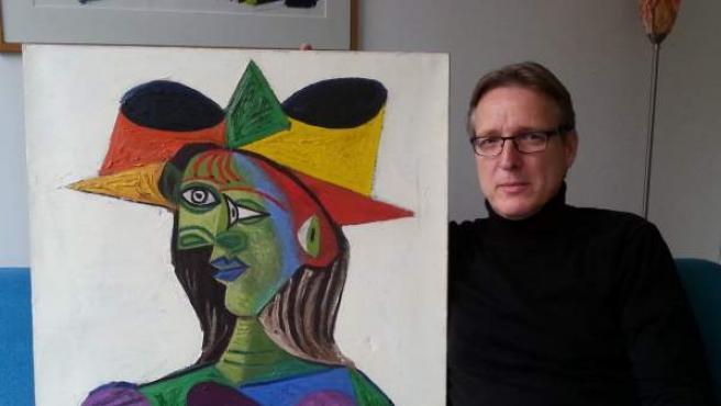 Fotografía del investigador de arte Arthur Brand con la pintura recuperada