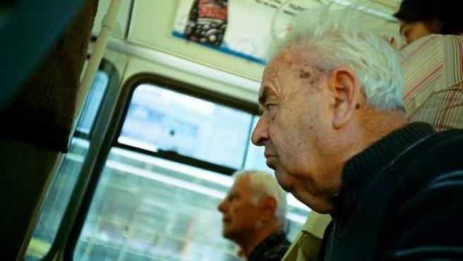 Dos hombres mayores viajan en autobús.