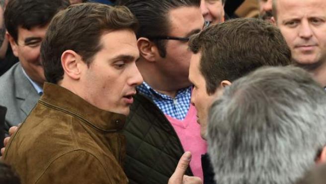 El presidente de Ciudadanos, Albert Rivera, y el presidente del PP, Pablo Casado, conversan tras finalizar la concentración convocada en Colón.