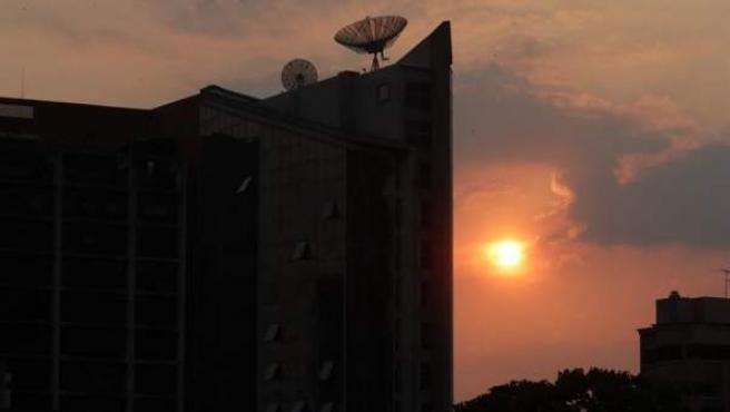 Un edificio a oscuras durante un nuevo apagón en Caracas (Venezuela).