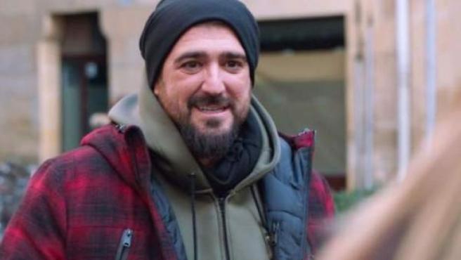 Antonio Orozco haciendo un cameo en la serie de Antena 3, 'Allí abajo'.