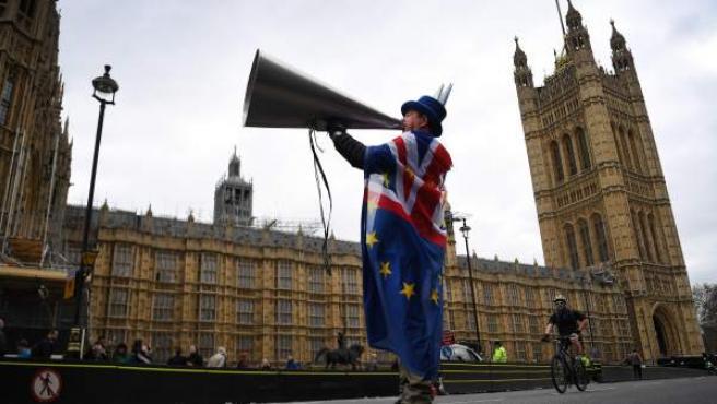 Un activista pro Unión Europea se manifiestan a las puertas del Parlamento en Westminster .