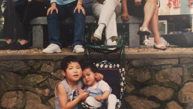Sara (11 meses) y su amiga (5 años) en China.
