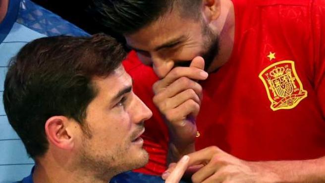 Gerard Piqué y Casillas bromean durante la presentación de la nueva camiseta de la selección española.