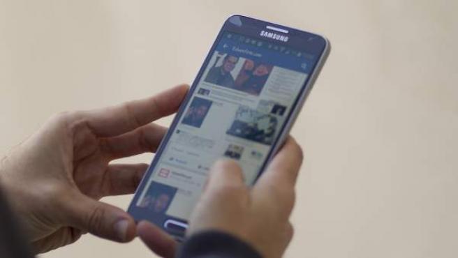 Facebook en un teléfono móvil.