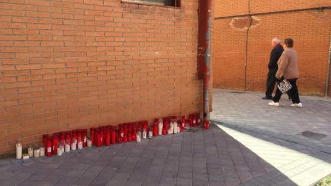 Decenas de velas en recuerdo del hombre asesinado en el Pozo del Tío Raimundo (Vallecas).