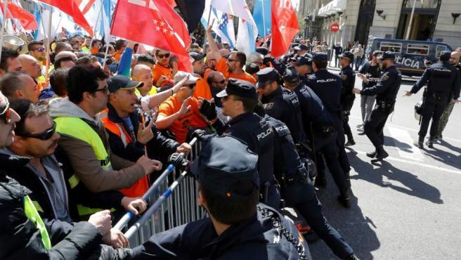 Concentración de trabajadores de Alcoa procedentes de Asturias y Galicia frente al Congreso de los Diputados.