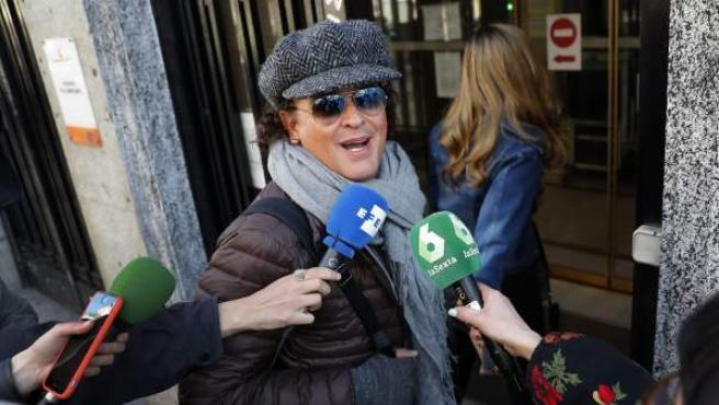 El cantante colombiano Carlos Vives atiende a los medios a su llegada este jueves al Juzgado de lo Mercantil número 12 de Madrid.