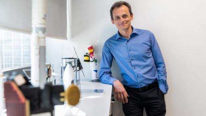 El ministro de Ciencia, Innovación y Universidades, Pedro Duque, en su despacho del ministerio.