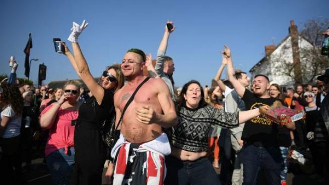 Fans de Prodigy bailan en el funeral de Keith Flint, cantante del grupo.