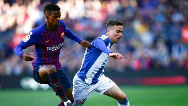 Adri Pedrosa pugna por un balón con Nelson Semedo durante el Barcelona-Espanyol.
