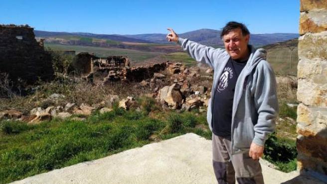 """José María Carrascosa, presidente de la asociación """"Amigos de Sarnago"""", muestra varias localizaciones del pueblo castellano, en la provincia de Soria."""