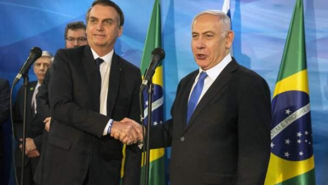 Los presidentes de Brasil e Israel, Jair Bolsonaro y Benjamin Netanyahu, se estrechan la mano en Jerusalén.