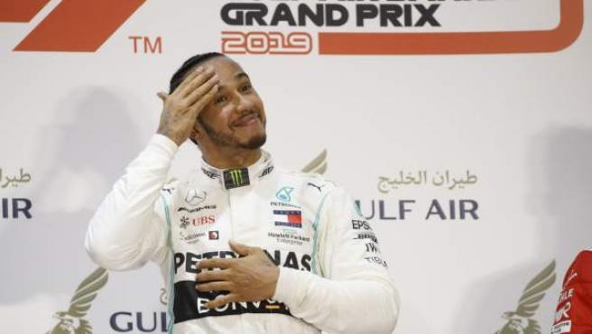 Lewis Hamilton y Charles Leclerc en el podio del GP de Bahréin de Fórmula 1.