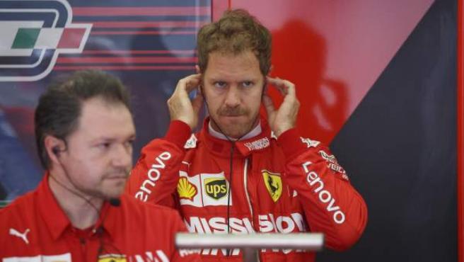 Sebastian Vettel, en el box de Ferrari.