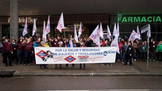 Protesta de trabajadores de Metro de Madrid por la presencia de amianto en trenes del suburbano.