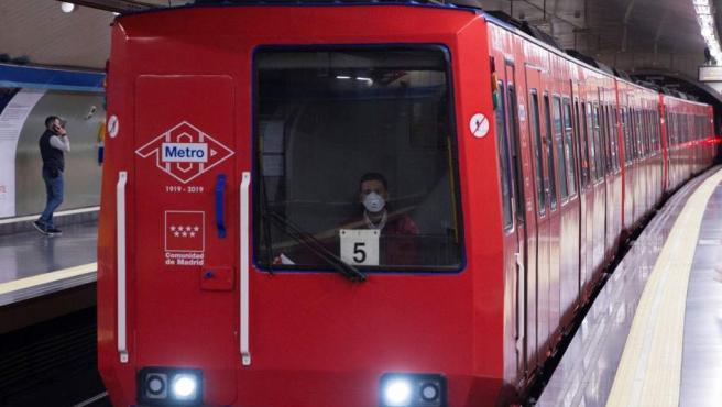 Metro ha detectado hace unos días amianto en pequeña pieza de un compresor. En la imagen, un maquinista con mascarilla.