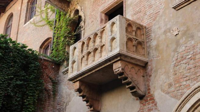 <p>Se encuentra en Verona (Italia), que es la ciudad en la que se desarrolla la trama de Shakespeare, pero lo cierto es que su valor histórico es nulo. El balcón se sitúa en un estrecho (y a veces) sucio callejón y fue construido después de la famosa novela. Muchos coinciden en que no merece la pena la experiencia.</p>