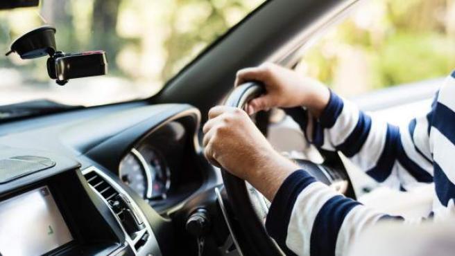 Imagen de archivo de un hombre conduciendo.