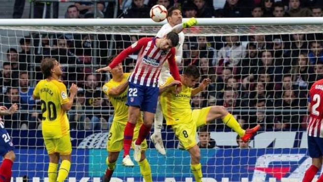 Gorka Iraizoz despeja ante Álvaro Morata en el Atlético - Girona.
