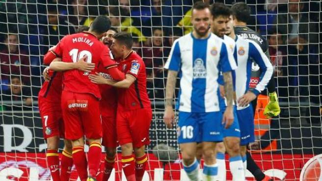 Los jugadores del Getafe celebran el gol de Ángel gol en Cornellá