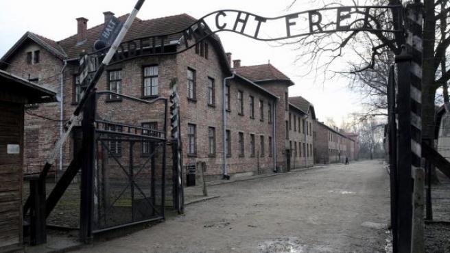 Vista del acceso al campo de concentración y exterminio nazi KL Auschwitz-Birkenau (Polonia).