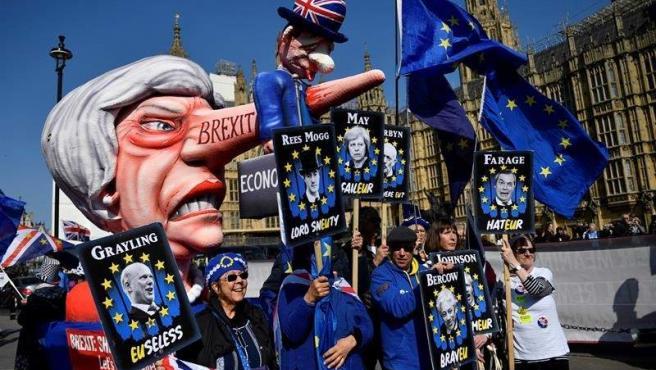 Manifestantes a favor de que el Reino Unido permanezca en la UE protestan a las afueras del Parlamento británico, en Londres.