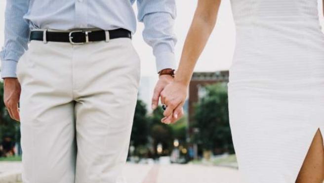 Un hombre y una mujer, de la mano.