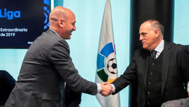 Los presidentes de la Federación Española de Fútbol y de LaLiga, durante la Asamblea de Clubes celebrada en la sede de LaLiga.