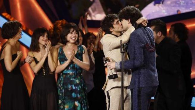 Javier Ambrossi y Javier Calvo se besan tras ganar el premio Feroz a mejor comedia por 'La llamada'.
