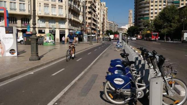 La calle Xàtiva, entre Colón y San Agustín, es el punto más transitado del carril bici de la ronda interior.