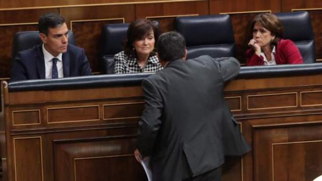 El portavoz del PNV, Aitor Esteban (de espaldas), conversa con el presidente del Gobierno, Pedro Sánchez.